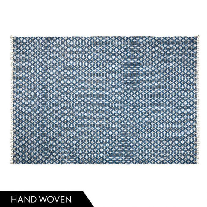 alfombra azul de diseño floral con flecos
