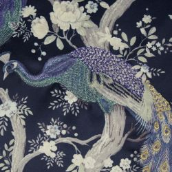 cojín azul oscuro bordado con pavos reales de diseño