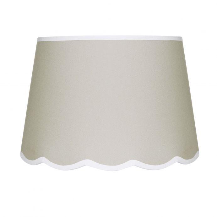pantalla para lámpara con base en ondas y color moca arena con ribete blanco contrastado