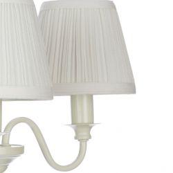 lámpara de techo clásica color blanco hueso con 3 pantallas de tela plisada