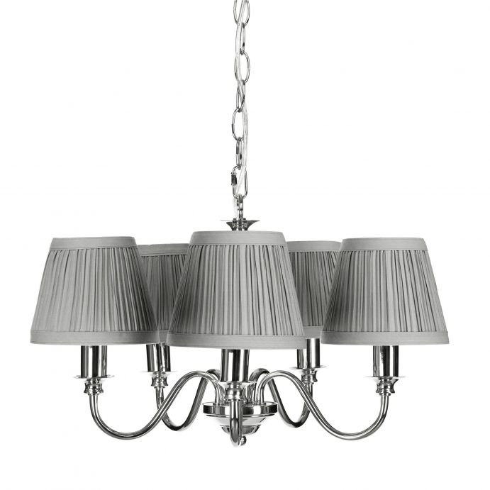lámpara de techo de acabado cromo con 5 brazos y pantallas de tela plisada gris