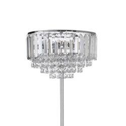 lámpara de suelo con pantalla de cristal y pie cromado de diseño clásico