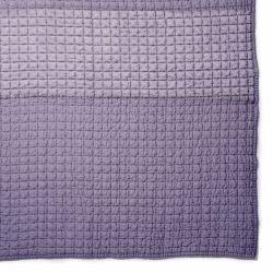 colcha de diseño en color violeta iris