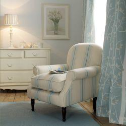 cómoda de cuatro cajones en madera maciza color marfil de estilo rústico francés