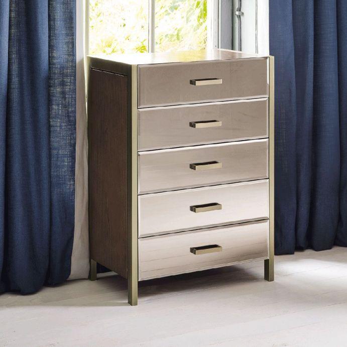 cómoda de cinco cajones de diseño espejado combinado con madera y metal bronce