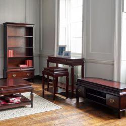 Mueble para televisión, con formato esquinero, con 2 cajones laterales y balda central, en madera de aliso, con estilo georgiano