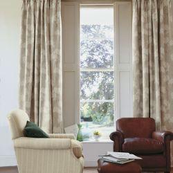 tela estampada con flores para cortinas en tonos naturales