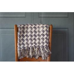 manta tejida de diseño geométrico en gris y crema