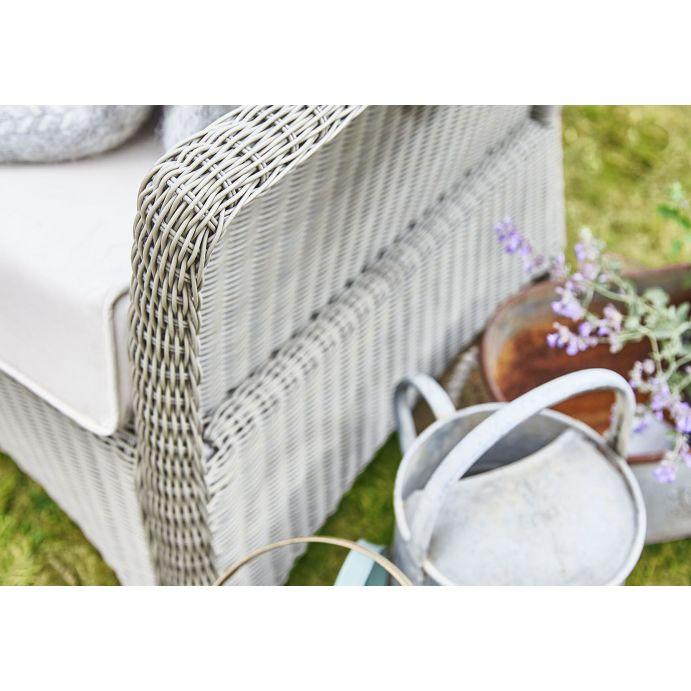 butaca de ratán para jardín de diseño con cojines estampados