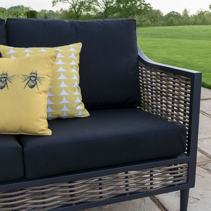 butaca para jardín en ratán y metal negro con cojines en tejidos estampados de diseño