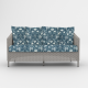 sofá doble de ratán blanco vintage con cojines estampados de diseño exclusivo