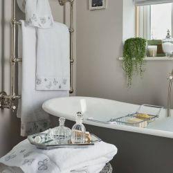 toallas de diseño con cenefa de mariposas bordadas en color plata