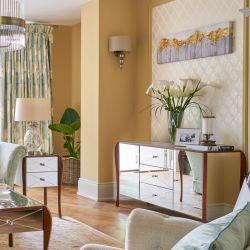 mueble de salón de acabado espejo y madera maciza