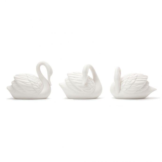 conjunto de tres cisnes luminosos