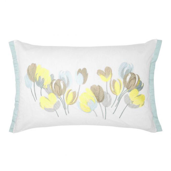 cojín con flores bordadas en azul y amarillo