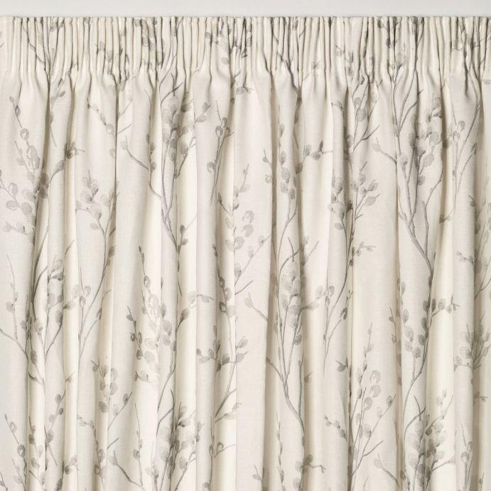 cortinas confeccionadas en tejido estampado en gris y hueso, de diseño