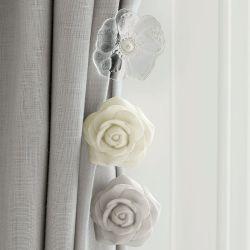 alzapaños en forma de rosa pintada en gris, ideal para sujetar tus cortinas con estilo