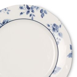 plato de postre con flores azules