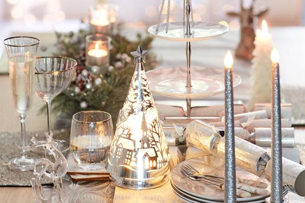 viste la mesa con detalles festivos