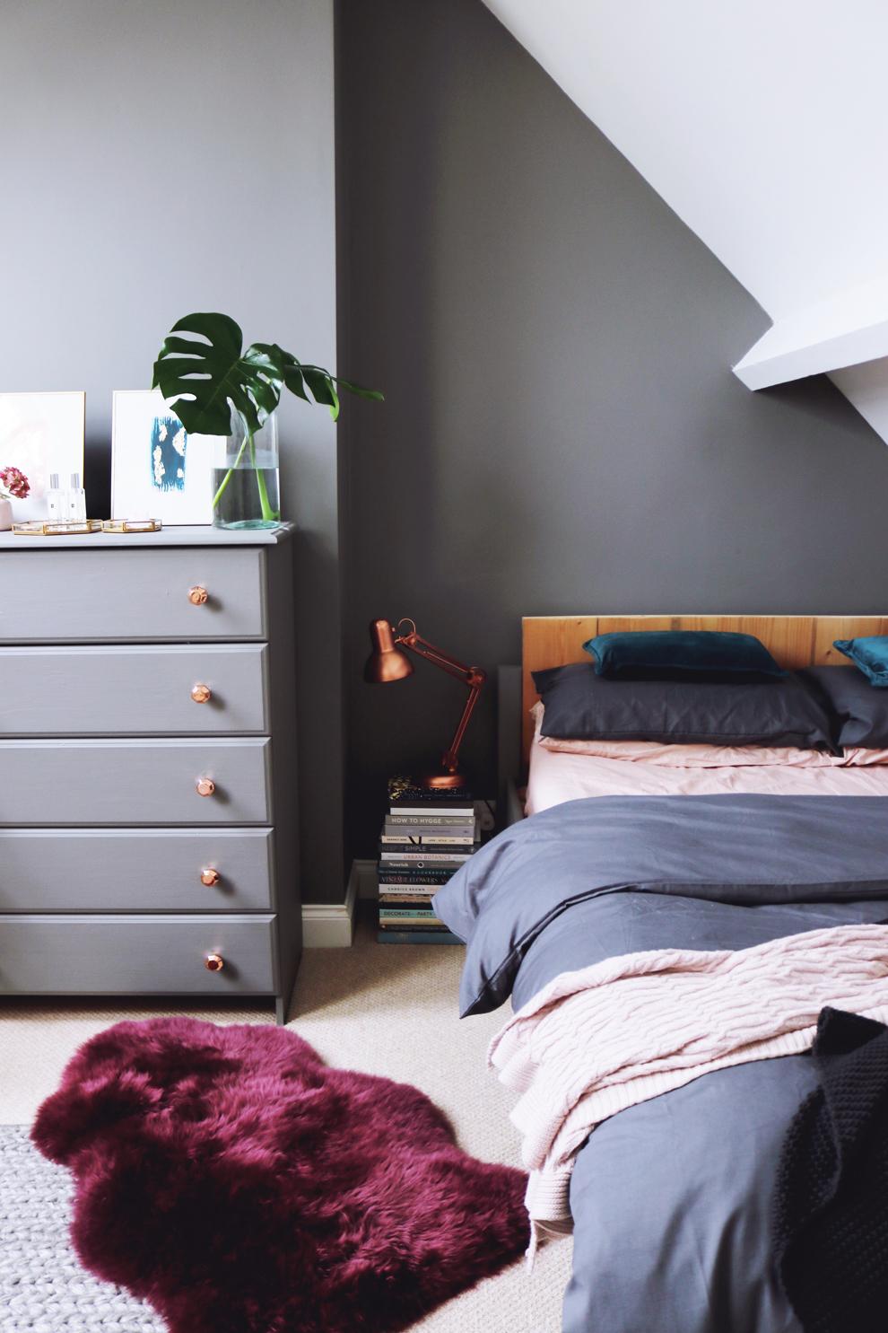 Pintura decorativa gris y notas cobre para renovar una habitación
